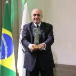 Urubatan Helou recebe troféu de mérito do transporte gaúcho
